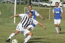 Kapličtí fotbalisté loni v Ševětíně triumfovali, ale letos nejprve padli s domácím týmem a po prohře s Dolním Bukovskem (u míče Petr Janura před Jarešem) skončili až čtvrtí.