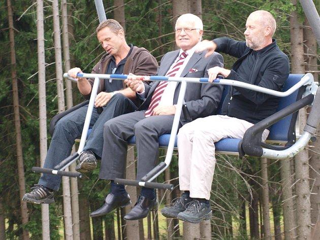 Obvinění sdělila policie Zdeňku Zídkovi (zcela vlevo s prezidentem Václavem Klausem) narychlo ještě před otevřením Stezky v korunách stromů.