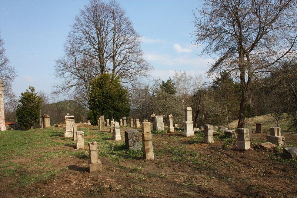 Klienti a terapeuti z Červeného Dvora do země na boletickém hřbitově vrátili téměř stovku náhrobků.