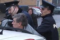 Napadení policisté byli nuceni muže zadržet.