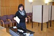 Jako první v Křemži úderem 14. hodiny vhodila svůj hlas do urny členka volební komise Dana Bartošová.