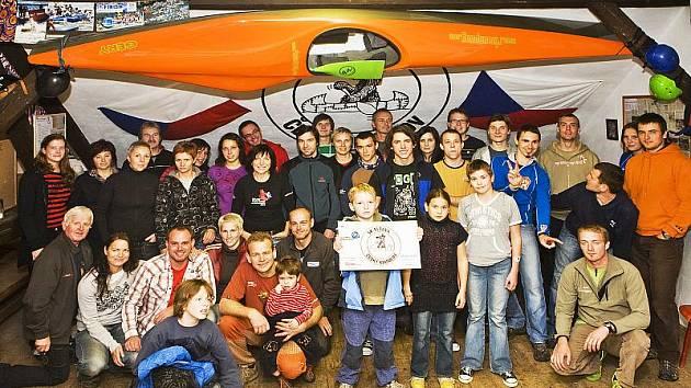 Kanoisté českokrumlovského oddílu SK Vltava (na společném snímku z domácí loděnice) tvoří sehraný kolektiv – a dosahované výsledky to jenom potvrzují.