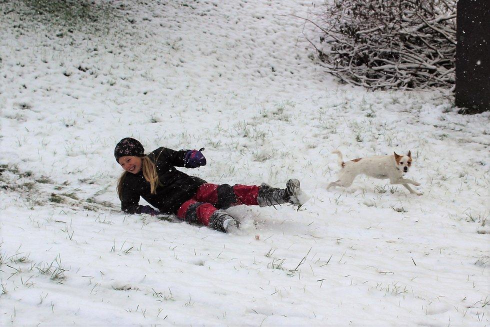 Sněhové nadílky si dosyta užila Anička Poustecká z Českého Krumlova.
