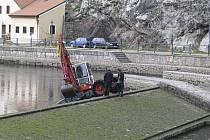 Do těchto míst se těžká technika vrátí v roce 2012. Snímek dokumentuje začátek protipovodňových opatření před dvěma a půl roky.