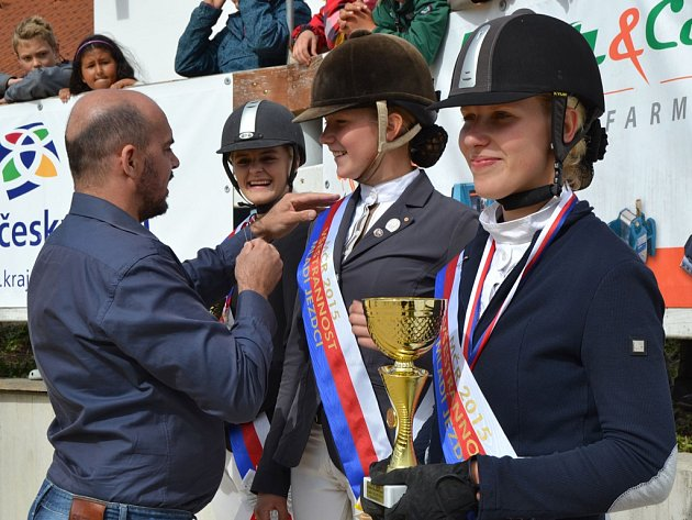 Zlatá Barbora Kamírová na stupních vítězů (uprostřed).