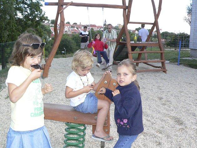 Děti na novém velešínském hřišti.