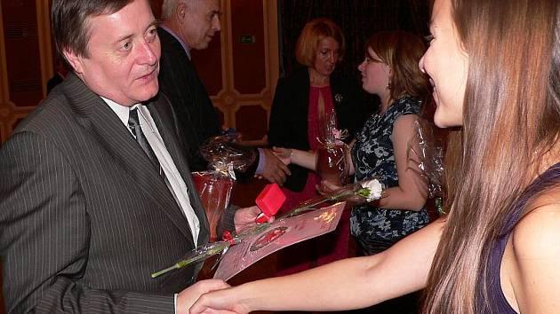 Slavnostní oceňování dárců krve je jediným momentem, kdy bezpříspěvkoví dárci vystupují z anonymity. Zlatý kříž profesora MUDr. Jana Jánského obdrželi (na snímku vlevo zleva) Jaroslav Veselý z Velešína a Petr Šandera z Českého Krumlova.