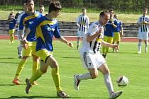 Kaplický útočník Radek Řežáb (vpravo u míče před domácím Tomášem Šmídem) dvěma slepenými góly mezi 53. a 58. minutou srovnal na 3:3.