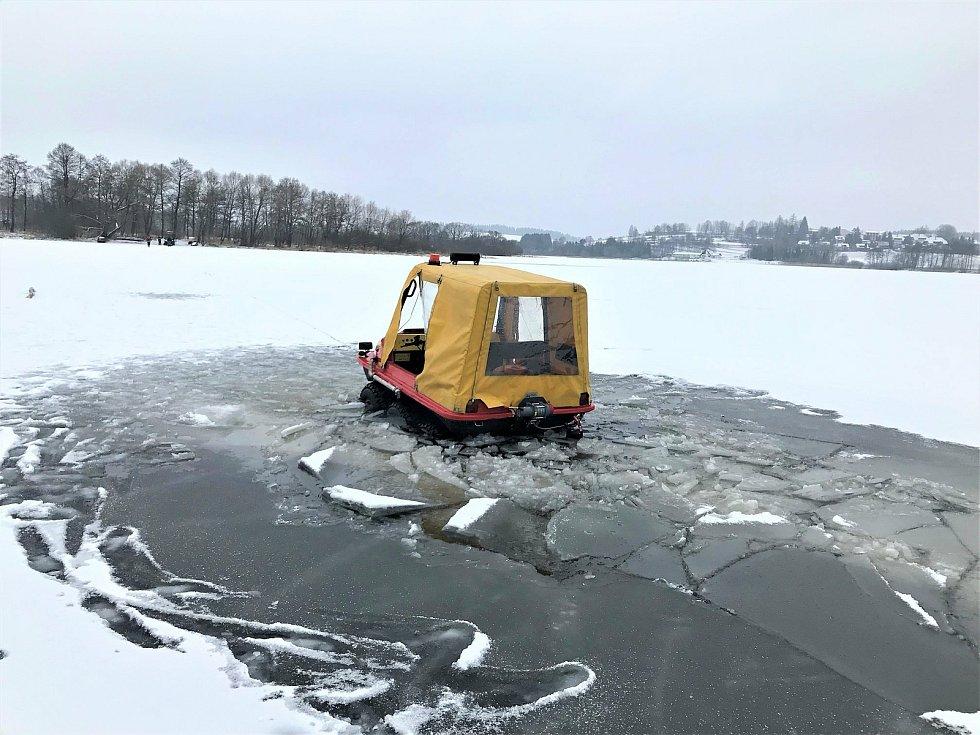 S hasiči se na Lipně v lednu 2021 probořila šestikolka, ta ale plave, takže se vyprostili sami.