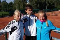 Na kvalifikačním turnaji v Třeboni se představilo trio babytenistů českokrumlovského LTC ve složení: Nela Zemková, Matěj Faktor a Natálie Horová (zleva).