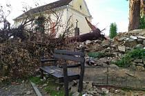 Smrk na hřbitově v Kaplici spadl směrem do dětského hřiště pod hřbitovem.
