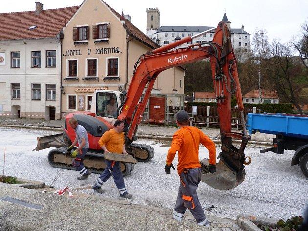 Na náměstí v Rožmberku se pilně pracuje.