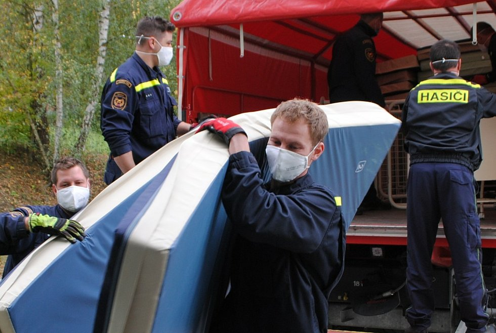 Hasiči do českokrumlovské nemocnice přivezli 27 lůžek pro pacienty se žloutenkou.