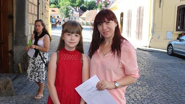 Poslední školní den v Základní škole Linecká v Českém Krumlově. S vysvědčením jsou spokojeny žačka Milena a její maminka Natalia Rieznichok.