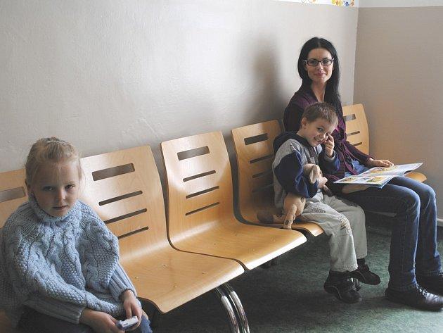 V čekárně dětské lékařky Jitky Lukáčové.