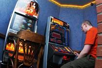 Jsou lidé, kteří do hracích automatů dokážou nastrkat během jediného dne celou výplatu.