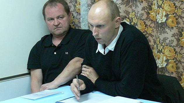 Nový starosta Přísečné Jiří Netušil (vpravo) při pondělním ustavujícím zasedání, které vyvolalo vlnu emocí.