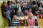 První školní den v kaplické I. B v ZŠ Fantova. Prvňáčky pasovali na žáky král Fanta s královnou Fantovkou.