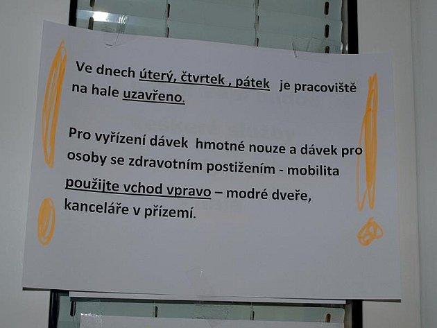 Opatření má úřednicím českokrumlovského pracoviště Úřadu práce ČR napomoci rychleji odeslat sociální dávky na účty lidí v nouzi.