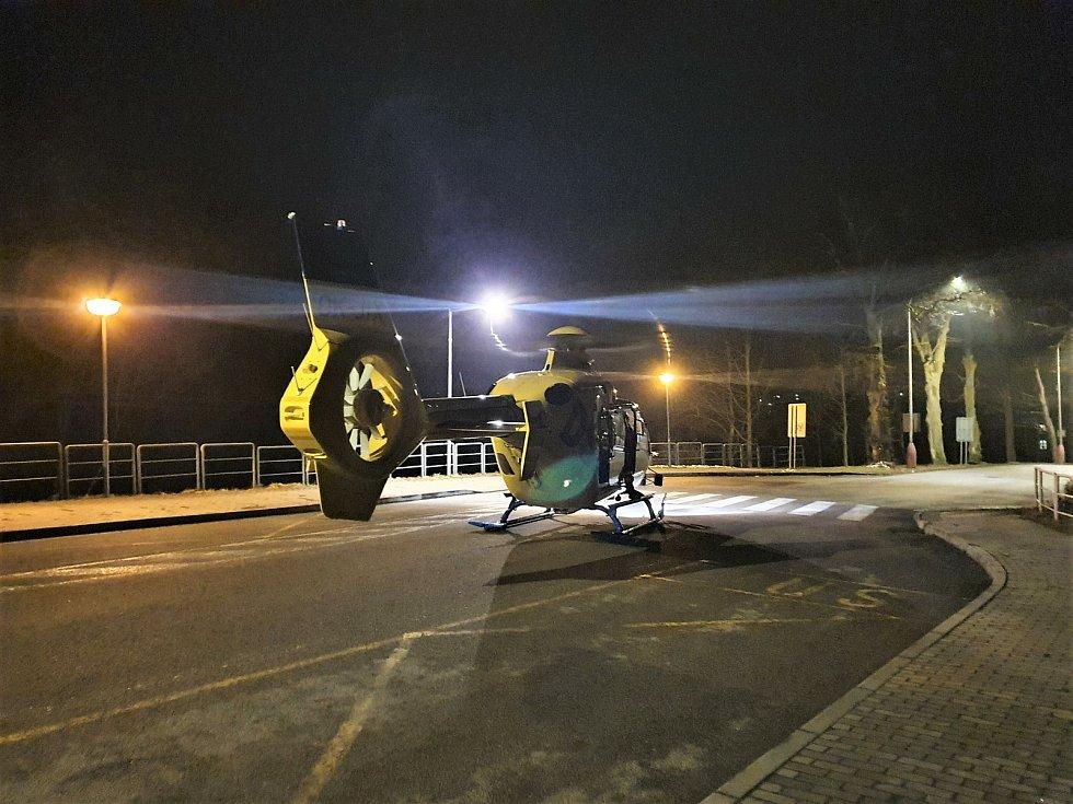 Zraněného muže transportovala letecká záchranná služba do krajské nemocnice.