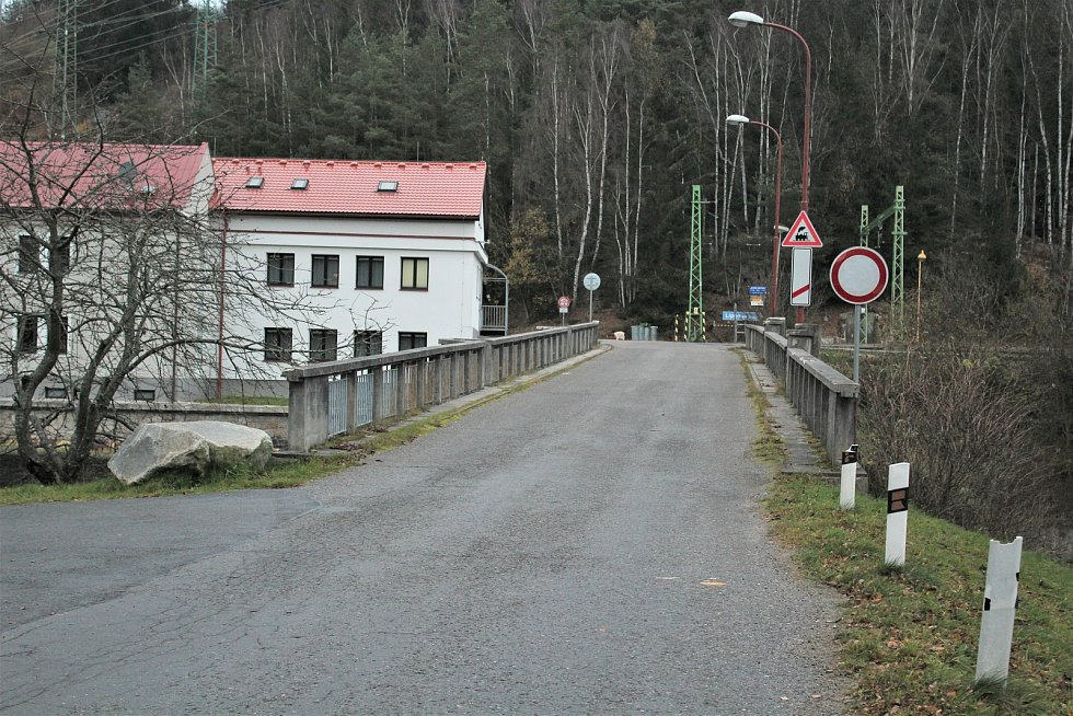 Most přes Vltavu pod lipenskou elektrárnou.