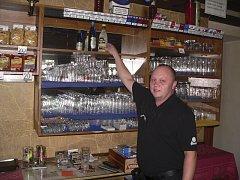 Tvrdý alkohol zatím na poličce v Konibaru chybí.