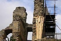 Jenom lešení nyní připomíná opravu části jedné stěny dříve obytného paláce zříceniny hradu Dívčí kámen, kterou včera završil poslední kontrolní den.