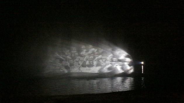 Druhý pokus, při kterém se na hladině Lipenské přehrady objevila zatopená vesnice se v sobotu v podvečer vydařil.