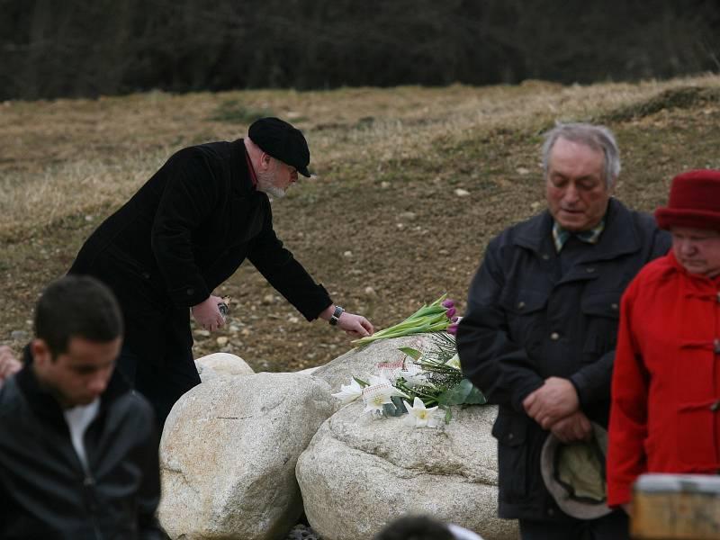 Na vzpomínkové kameny pokládali pozůstalí desítky květin.