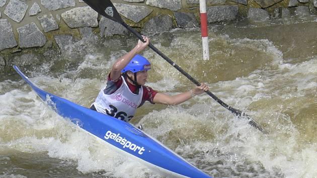Krumlovská naděje Anežka Paloudová míří na zrekonstruovaném kanálu v Českém Vrbném za krásným šestým místem v mezinárodním závodě v kategorii kajakářek K1.
