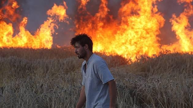 Plameny zachvátily v úterý odpoledne obilné pole u Čertyně.