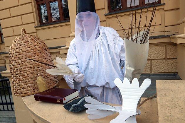 Václav Krištůfek jako svatý Ambrož, patron včelařů, voskařů, kameníků, zvířat.