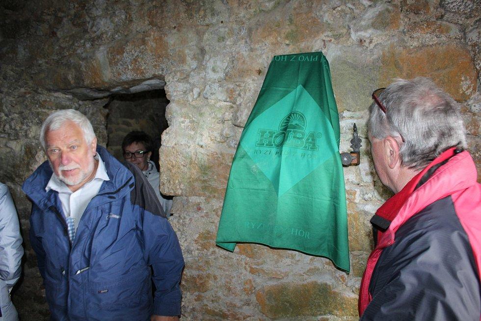 Spolek přátel Vítkova Hrádku nechal vytvořit pamětní desku obnovitele hradu Petra Ziegrossera a 30. května ji slavnostně odhalil předseda spolku Miroslav Kovačičin.