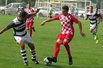 Fotbalisté Velešína (v červeném) v derby krajské I. A třídy podlehli doma Kaplici 0:1.