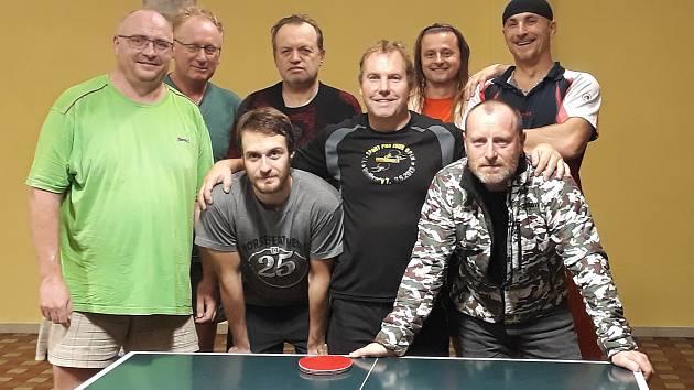 Křemežští si ve své krásetínské herně připsali cenný skalp lídra krajské soutěže (na snímku domácí hráči po utkání společně s tabletenisty Pedagogu ČB).
