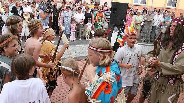 Vůdcem indiánů byl ředitel místní základní školy Jiří Tham, který následně se starostou Křemže Josefem Troupem pokouřil dýmku míru.