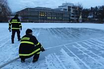 Krumlovští dobrovolní hasiči se snažili zkvalitnit led na rybníku Horní Brána.