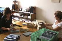 Pracovnice Obecního úřadu Malonty vkládají volební lístky do obálek.