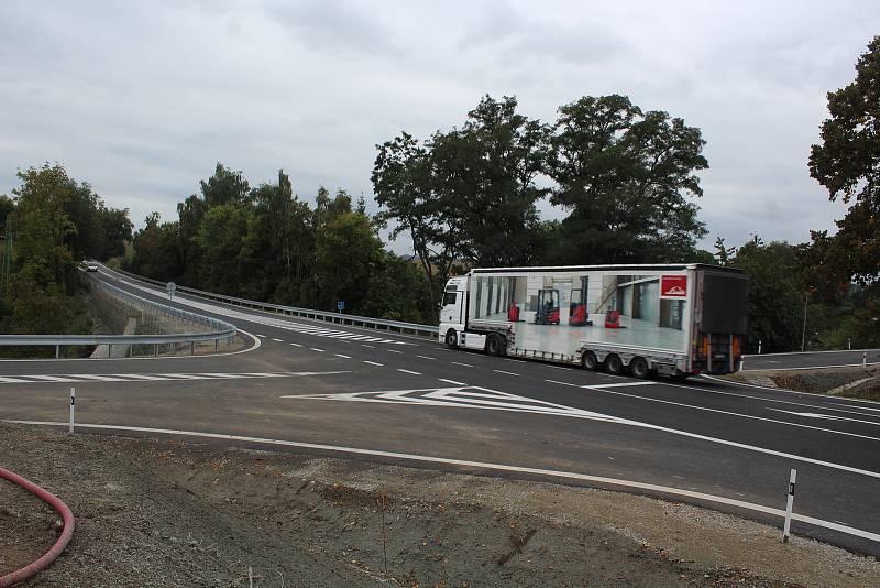 Nově upravená křižovatka u Velešína už je průjezdná.