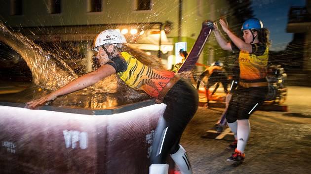 Noční soutěž v požárním útoku ve Frymburku.