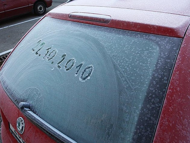 Mrazík připomněl, že je čas připravit se na zimu.  Už nebude snadné, jen tak rychle s autem odjet.