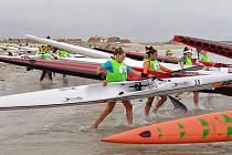 Karolína Paloudová na startu MS ocean padling se startovním číslem 25.