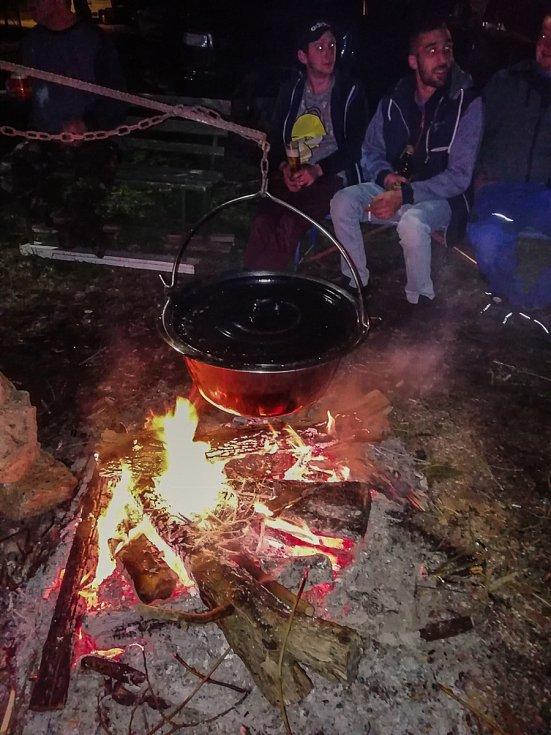 V Bohdalovicích mají originální čarodějnici a pod májkou vaří guláš.