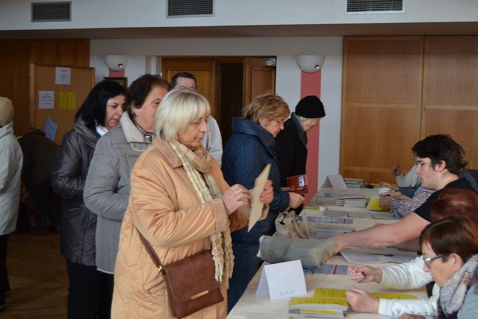 Při prvotním náporu za deset minut v křemežské volební místnosti odvolily na tři desítky občanů.