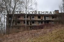 V hotelu Vyšehrad, odkud je krásný výhled na město, dál žijí bezdomovci a drogově závislí. Obyvatelé okolí z nich mají strach.