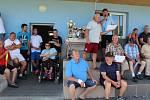 Oceňování hráčů a činovníků na fotbalovém hřišti ve Frymburku.