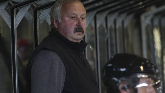 Trenér krumlovských medvědů Vilém Migl starší kritizuje špatný přístup zkušených hráčů.
