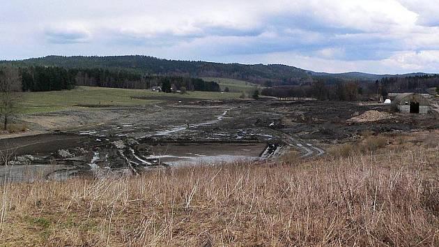 Rybník pod tvrzí po úpravách zdvojnásobí rozlohu své vodní hladiny. Zatím vypadá neutěšeně.