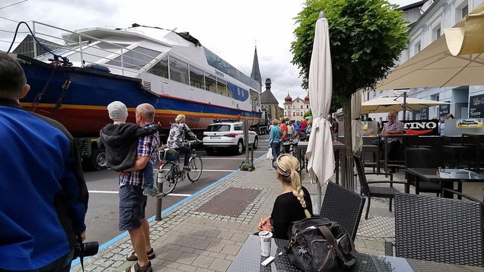Loď Smetana putuje po souši z Dunaje v Linci až k Lipnu do Frýdavy. Protočit se musela i úzkými uličkami Zwettlu a Bad Leonfeldenu.