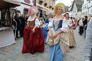 Sobotní historický kostýmovaný průvod prošel Českým Krumlovem na 32. Slavnostech pětilisté růže.